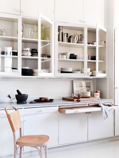 Witte keuken met leer, hout en marmer