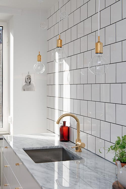 Keuken Wit Marmer : White Tiles with Gold Accents