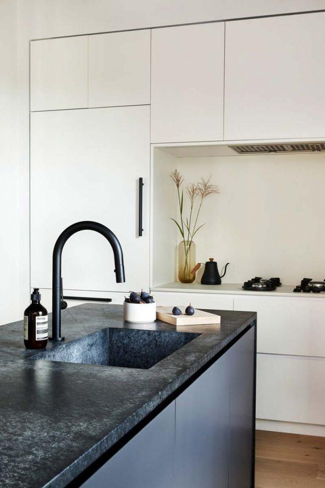 witte keuken zwart kookeiland