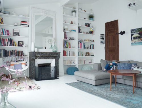Kleurrijke witte woonkamer van Annouchka