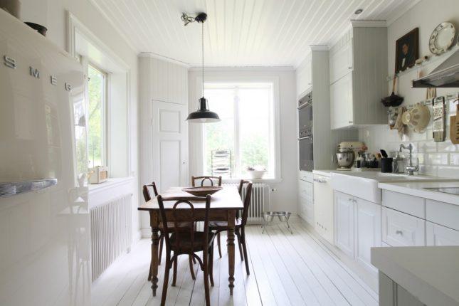 Witte landelijke keuken met SMEG