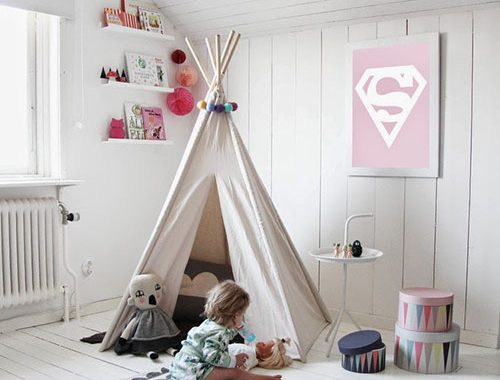 Witte meisjeskamer met roze