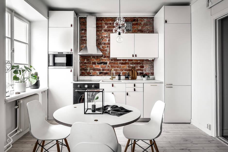 witte-ronde-eettafel-witte-stoelen