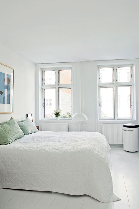 Witte slaapkamer met mintgroene inbouwkast