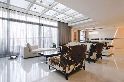 Witte tegelvloer in woonkamer