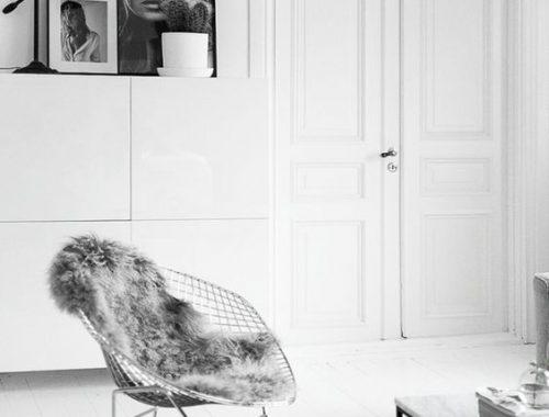 witte-vloer-zwarte-kleed