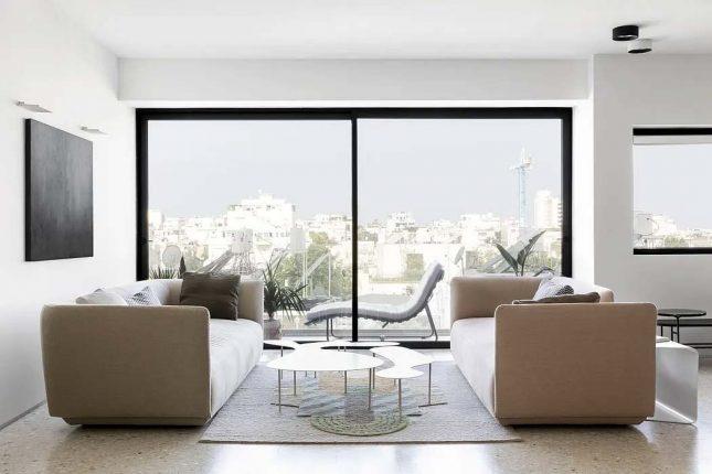 woonkamer glazen schuifpui twee banken tegenover elkaar plaatsen