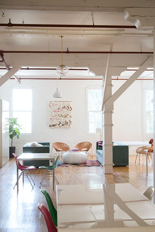 Woonkamer inrichting van een open loft interieur inrichting - Blootgestelde balken ...