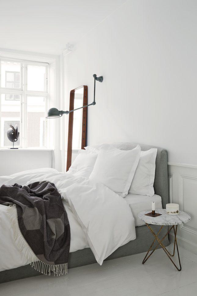 Zachte tinten in een witte slaapkamer interieur inrichting - Muur jielde ...