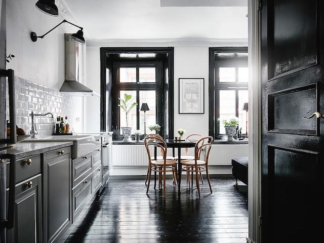 zwart geschilderde kozijnen Scandinavisch interieur