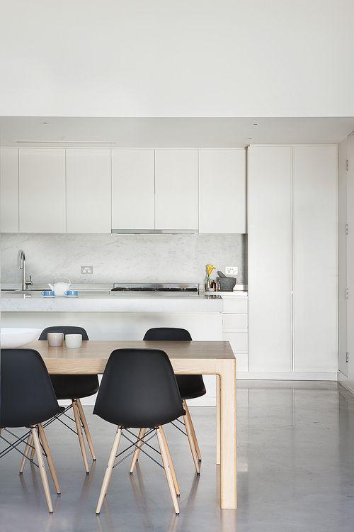 Zwarte eames stoel interieur inrichting for Sillas cocina negras