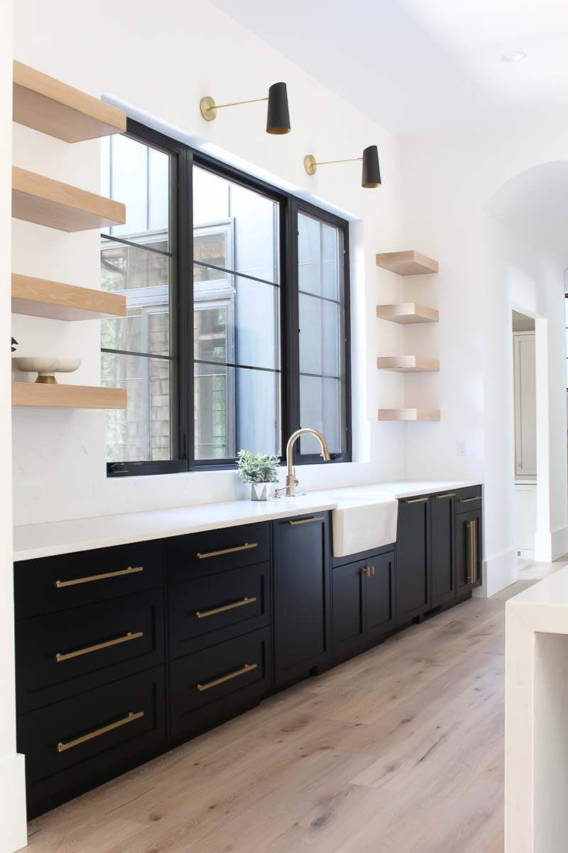 Shauna heeft gekozen voor een stoere zwarte keuken met een wit marmeren keukenblad met lichte aders. Klik hier voor meer foto's.