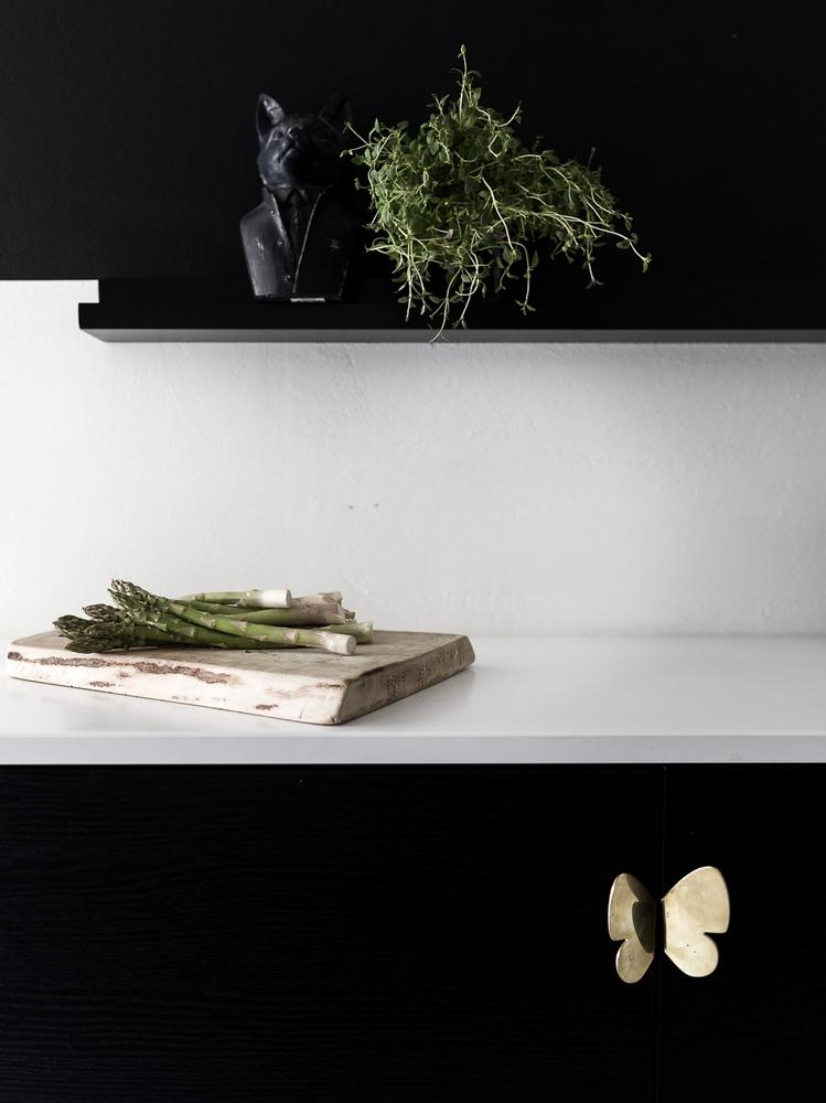 Zwarte keuken witte werkblad