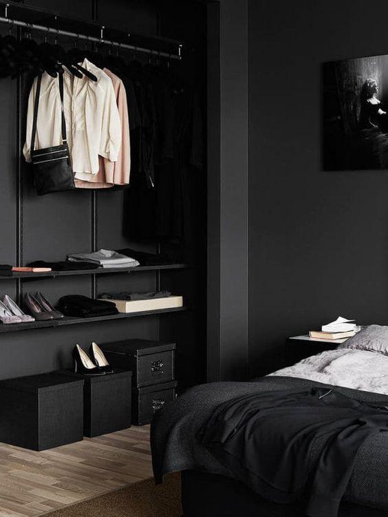 zwarte muur kleine ruimte