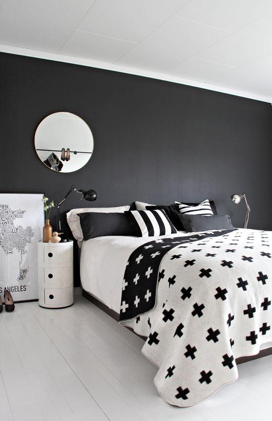 zwarte-muur-slaapkamer-witte-vloer