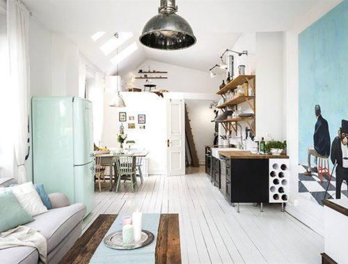 Zwarte open keuken in een klein wit appartement van 45m2