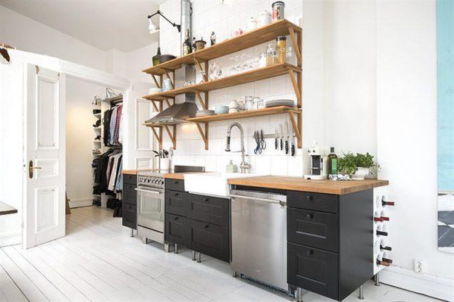 Zwarte open keuken in een klein wit appartement van 45m2 interieur