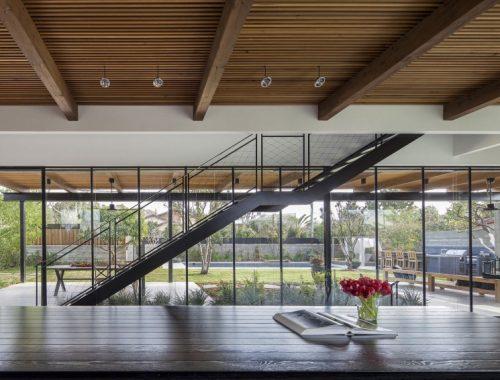 Zwarte stalen trap met ijzerdraad balustrade