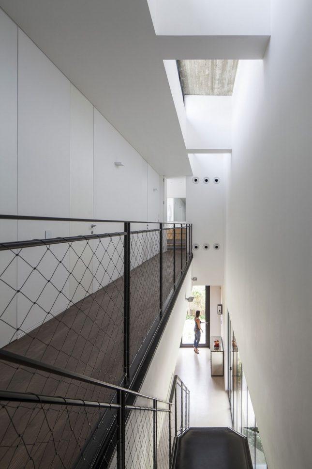 Zwarte stalen trap met ijzerdraad balustrade interieur inrichting - Balustrade trap ...