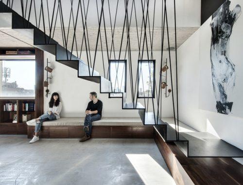 Zwarte stalen trap in stoer appartement