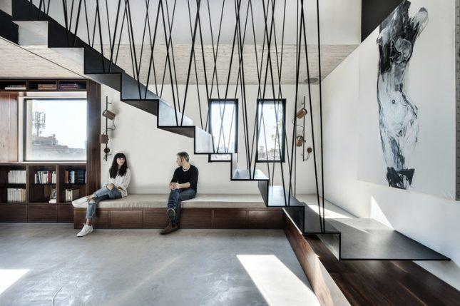 Zwarte stalen trap in stoer appartement interieur inrichting