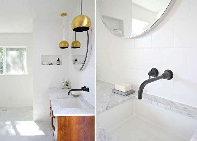 Interieurstylist Kirsten Grove heeft in haar chique badkamer gekozen om het marmeren werkblad te combineren met een stoere zwarte inbouwkraan.