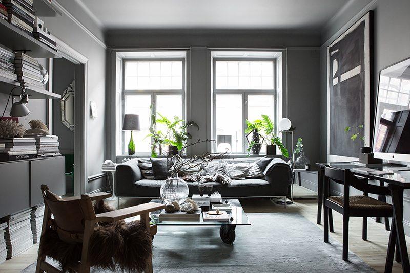 Zweedse stylist maakt een statement in haar interieur met donkere