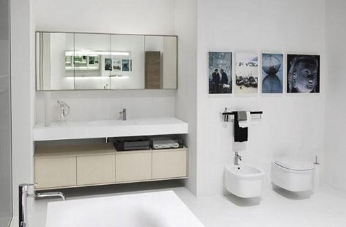 Zwevend toilet in badkamer