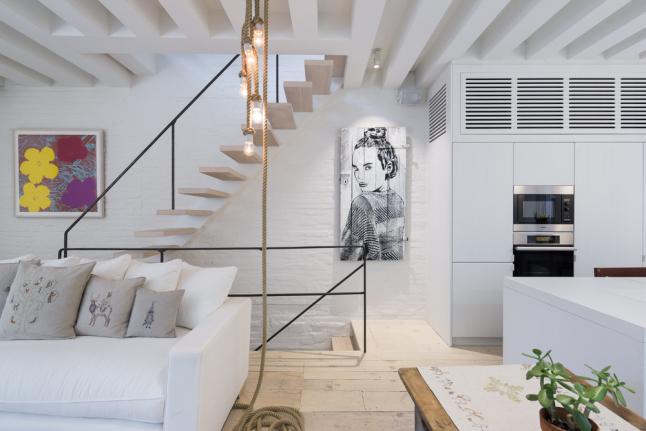 Zwevende houten trap met stalen trapleuning