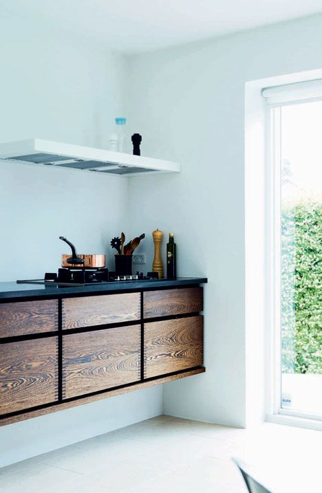 Zwevende Keuken Maken : Wood Cabinets Aqua Walls in Kitchen